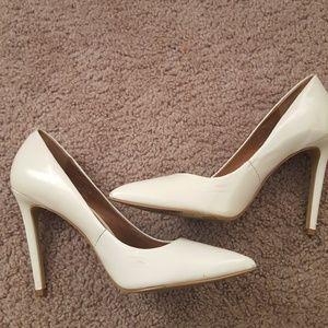 Steve Madden Shoes - Steve Madden white pumps